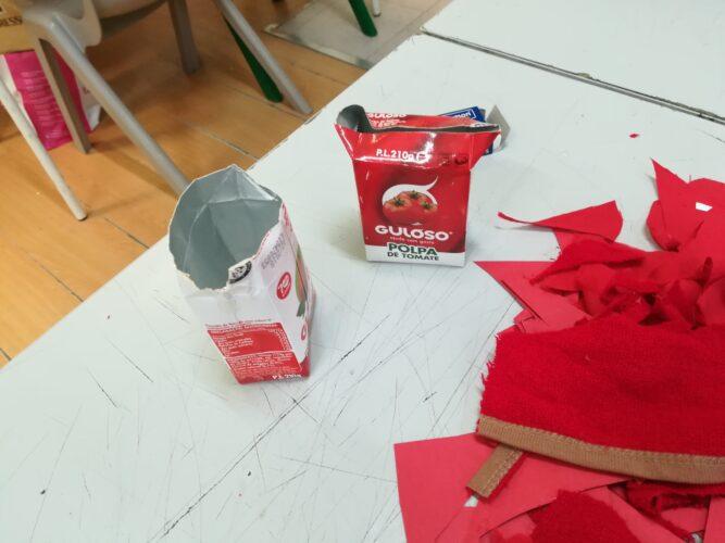 Uso de embalagens da Guloso para a decoração da árvore.
