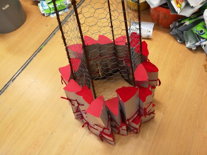 Afixação dos Prismas à estrutura com trapilho vermelho.