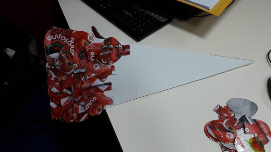 Forrando a estrutura com as bolas vermelhas das embalagens da Guloso.