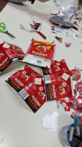 Selecionando as embalagens vermelhas da Guloso.