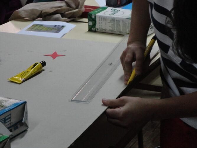 Medição e corte da base em cartão para a árvore.