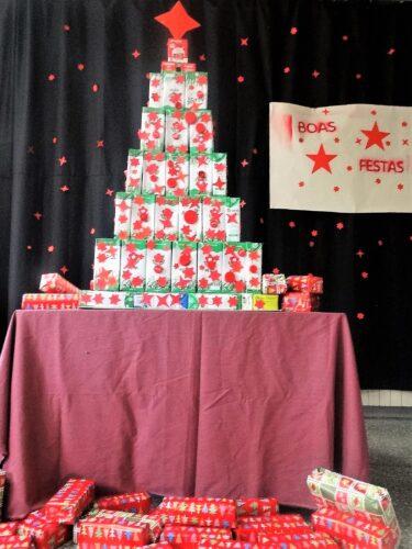 Árvore de Natal Vermelha no átrio da nossa escola.
