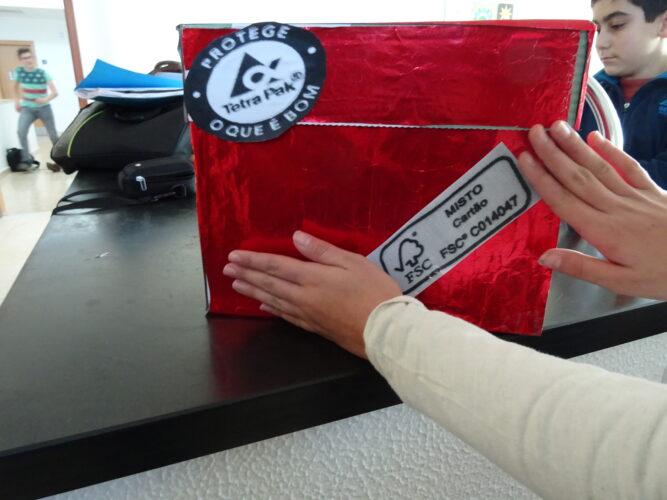 Colagem das etiquetas Tetra Pack e FSC
