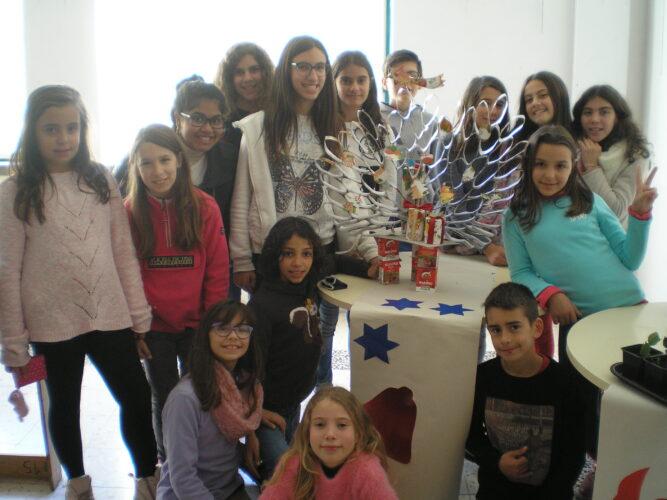 grupo de alunos que elaborou a árvore e respetivo trabalho.