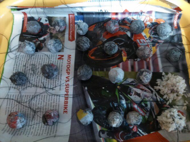 Construção das bolas ornamentais do Pinheiro de Natal.