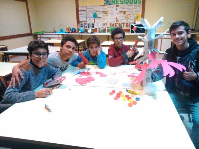 Construção do Pinheiro de Natal com embalagens Tetra Pak.