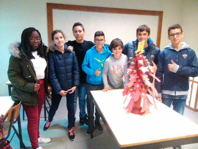 O grupo com o Pinheiro de Natal.