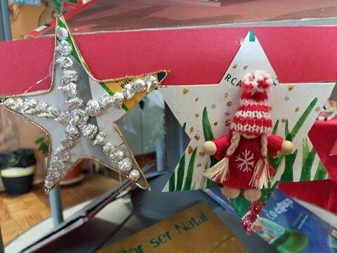 As estrelas foram feitas com embalagens Tetra Pak e ajuda da família.