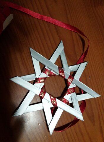 A base de cada estrela tinha de ser uma embalagem Tetra Pak e foram enfeitadas reutilizando materiais, de preferência vermelhos.