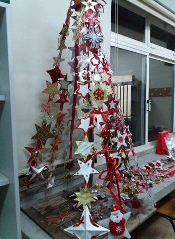 Cada tira com estrelas foi colocada na árvore.