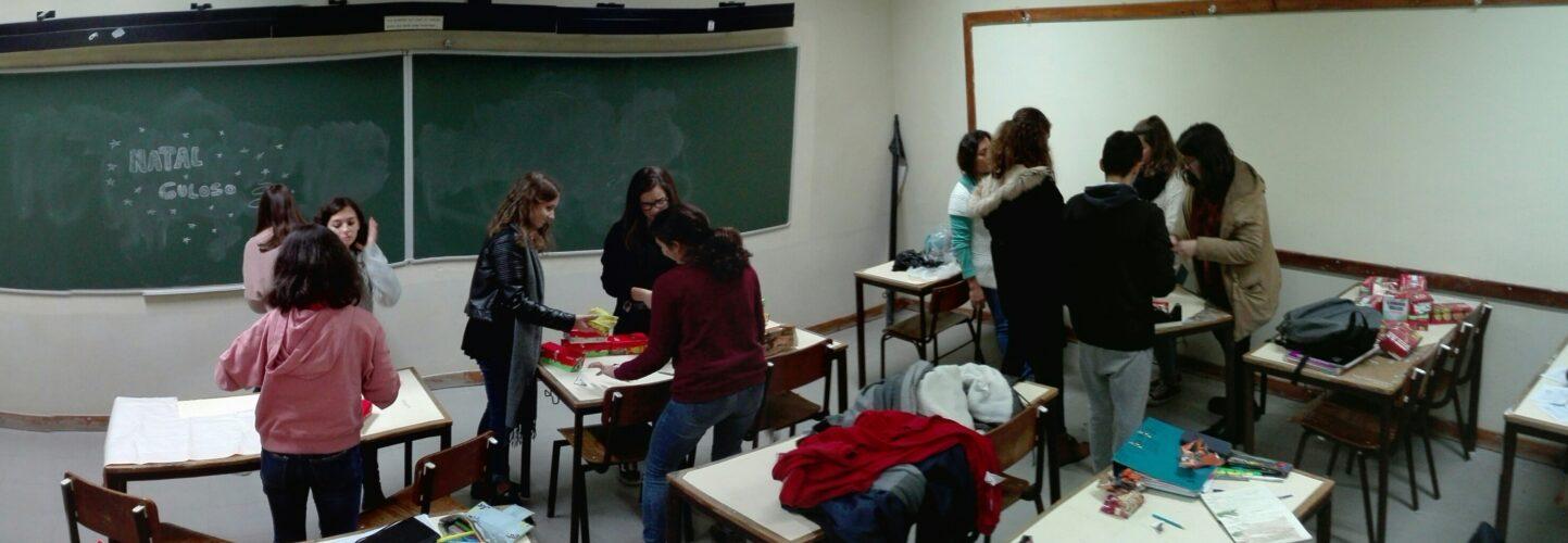 Em sala de aula, uns embrulharam, outros transformaram pacotes pequenos em estrelas e outros iniciaram a montagem...