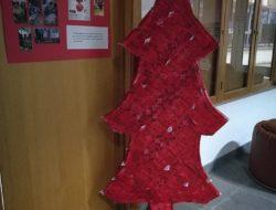 Arvore natal Guloso com presépio, exposta em lugar nobre da escola