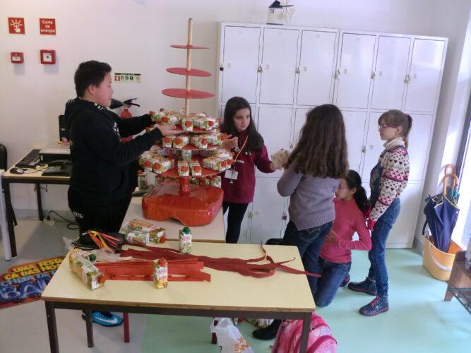 Montagem da árvore por vários alunos