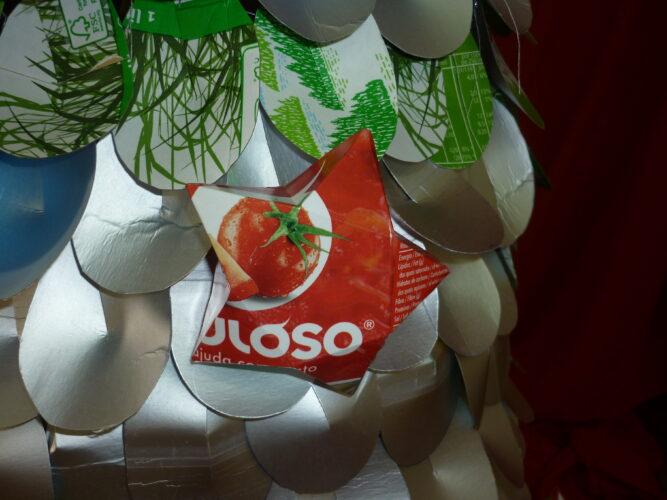 Pormenor das estrelas Guloso. Estrelas da árvore de Natal, construídas só com as embalagens guloso.