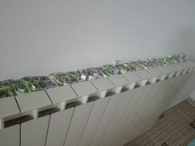 Rolinhos feitos a partir dos pacotes Tetra Pak depois de lavados a secar no aquecedor.